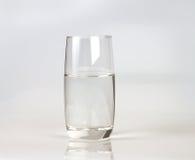 Exponeringsglas av nytt drinkvatten på grå backgrund Arkivbilder