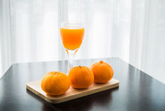 Exponeringsglas av nytt pressande orange fruktsaft med apelsin tre Arkivbild