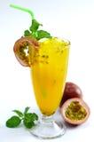 Exponeringsglas av nytt te för passionfrukt med mintkaramellbladet på den vita backgroen Fotografering för Bildbyråer