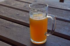 Exponeringsglas av ofiltrerat weizen öl på trätabellen Royaltyfri Bild