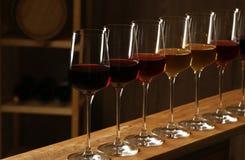 Exponeringsglas av olika viner Dyr samling arkivfoton
