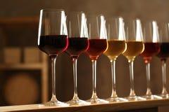 Exponeringsglas av olika viner Dyr samling fotografering för bildbyråer