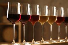Exponeringsglas av olika viner i k?llare arkivfoto