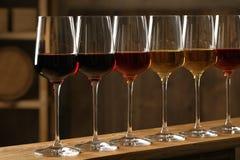 Exponeringsglas av olika viner i k?llare royaltyfri foto