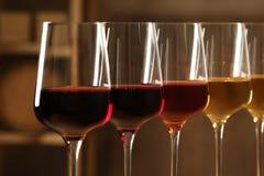 Exponeringsglas av olika viner i k?llare Dyr samling arkivbild