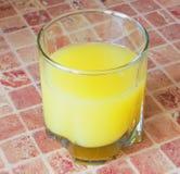 Exponeringsglas av orange fruktsaft. Royaltyfria Bilder