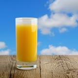 Exponeringsglas av orange fruktsaft bordlägger på Arkivbilder