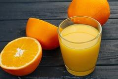 Exponeringsglas av orange fruktsaft från ovannämnt på den wood tabellen Tomt klart för din orange fruktsaft, fruktproduktskärm el Arkivfoto