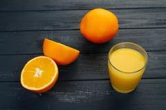 Exponeringsglas av orange fruktsaft från ovannämnt på den wood tabellen Tomt klart för din orange fruktsaft, fruktproduktskärm el Arkivbilder