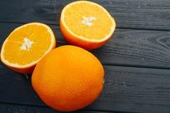 Exponeringsglas av orange fruktsaft från ovannämnt på den wood tabellen Tomt klart för din orange fruktsaft, fruktproduktskärm el Royaltyfria Foton