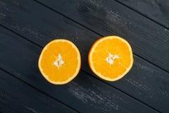 Exponeringsglas av orange fruktsaft från ovannämnt på den wood tabellen Tomt klart för din orange fruktsaft, fruktproduktskärm el Arkivbild