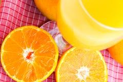 Exponeringsglas av orange fruktsaft med den orange skivan Arkivfoto
