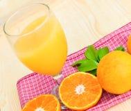 Exponeringsglas av orange fruktsaft med den orange skivan Fotografering för Bildbyråer