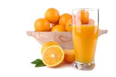 Exponeringsglas av orange fruktsaft med frukter Arkivfoto