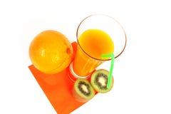Exponeringsglas av orange fruktsaft och apelsin och kiw Fotografering för Bildbyråer