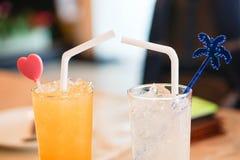 Exponeringsglas av orange fruktsaft och lemonad Royaltyfri Bild