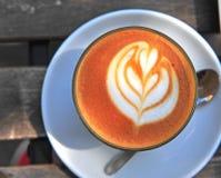 Exponeringsglas av plan vit, varm dryck med espresso Royaltyfri Foto