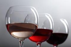 Exponeringsglas av röd och vit vin för rosa färger, Arkivbilder