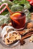 Exponeringsglas av rött funderat vin Royaltyfri Foto