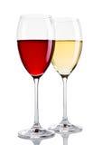 Exponeringsglas av rött och vitt vin på vit Arkivfoto