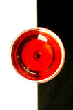 Exponeringsglas av rött vin överst royaltyfria bilder
