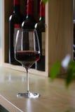 Exponeringsglas av rött vin i inre arkivbilder