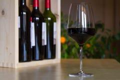 Exponeringsglas av rött vin i inre arkivfoton