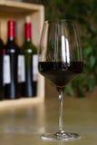 Exponeringsglas av rött vin i inre royaltyfri foto