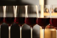Exponeringsglas av rött vin i källare Dyr drink royaltyfria foton