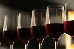 Exponeringsglas av rött vin mot suddig bakgrund Dyr drink royaltyfri fotografi
