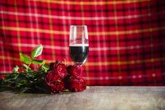 Exponeringsglas av rött vin på begreppet för förälskelse för stångvalentinmatställe det romantiska/den romantiska tabellinställni arkivfoton