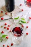 Exponeringsglas av rött vin på tabellen med jordgubbar Royaltyfria Bilder