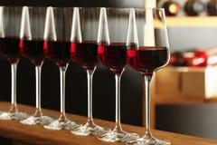 Exponeringsglas av r?tt vin i k?llare arkivfoton