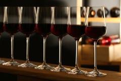 Exponeringsglas av r?tt vin i k?llare royaltyfri foto