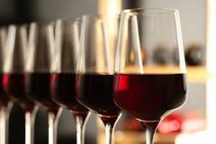 Exponeringsglas av r?tt vin i k?llare Dyr drink royaltyfri fotografi