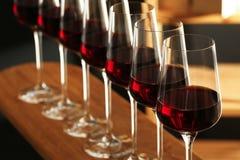 Exponeringsglas av r?tt vin i k?llare Dyr drink royaltyfria bilder
