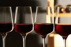 Exponeringsglas av r?tt vin i k?llare Dyr drink arkivfoto