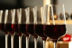 Exponeringsglas av r?tt vin i k?llare Dyr drink royaltyfri bild
