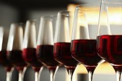 Exponeringsglas av r?tt vin i k?llaren, closeup fotografering för bildbyråer
