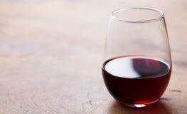 Exponeringsglas av r?tt vin p? tr?tabellen kopiera avst?nd close upp royaltyfri foto