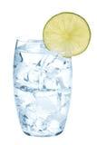 Exponeringsglas av rent vatten med iskuber och limefruktskivan Royaltyfri Fotografi