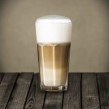 Exponeringsglas av rikt skummande italienareMacchiato kaffe Arkivfoton