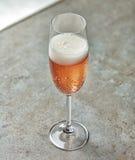 Exponeringsglas av rosa champagne Fotografering för Bildbyråer