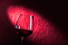 Exponeringsglas av rött vin på en mörk bakgrund Royaltyfria Foton