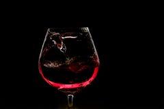Exponeringsglas av rött vin på mörk bakgrund Royaltyfri Foto