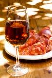 Exponeringsglas av sherry med ett mellanmål på trätabellen Royaltyfri Bild