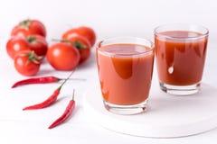 Exponeringsglas av smaklig tomatfruktsaft med rå tomater på sund vit träbakgrund bantar Detoxdrinken Royaltyfria Foton