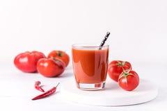Exponeringsglas av smaklig tomatfruktsaft med rå tomater på sund vit träbakgrund bantar Detoxdrinken Royaltyfri Bild