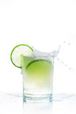 Exponeringsglas av sodavatten och limefrukt, pured bavarage och färgstänk fotografering för bildbyråer