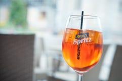 Exponeringsglas av spritz på restaurangterrass Fotografering för Bildbyråer